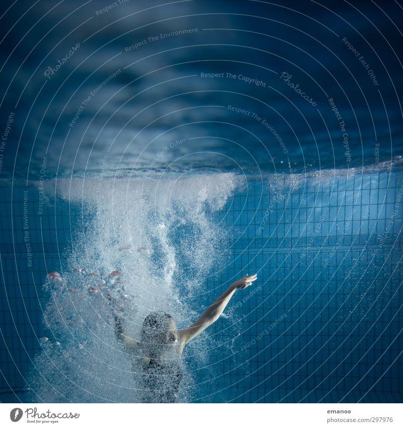 Auftrieb Mensch Frau blau Wasser Freude Erholung Erwachsene kalt Sport feminin Schwimmen & Baden Luft Körper Angst Freizeit & Hobby Fitness