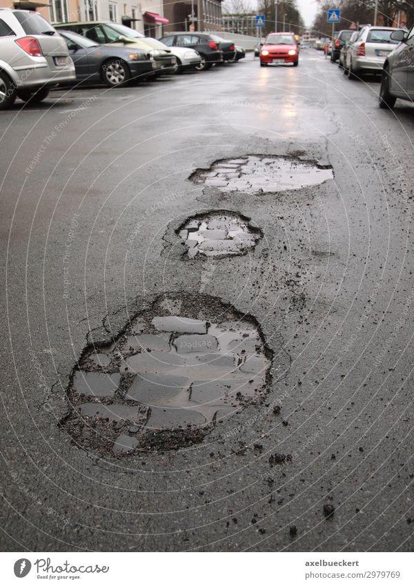 Schlaglöcher im Asphalt / Straßenschäden Stadt PKW Verkehr nass kaputt Verkehrswege Loch Straßenbelag Autofahren Verkehrsmittel Straßenverkehr Schaden Fahrbahn