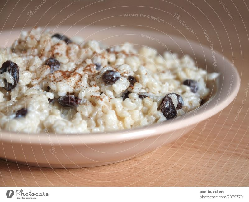Teller Milchreis mit Rosinen und Zimt Lebensmittel Dessert Ernährung Mittagessen lecker Deutschland Reis Tisch Tradition selbstgemacht Farbfoto Innenaufnahme