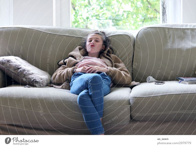 Just chilling Wohnzimmer Kindererziehung Mädchen Jugendliche 1 Mensch 13-18 Jahre Jugendkultur Erholung Küssen Lächeln sitzen warten authentisch Fröhlichkeit