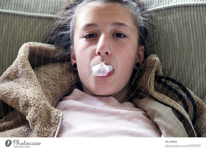 Chewing gum Lifestyle Mädchen Kindheit Jugendliche Gesicht 1 Mensch 8-13 Jahre T-Shirt Jacke brünett langhaarig authentisch frech braun rosa schwarz