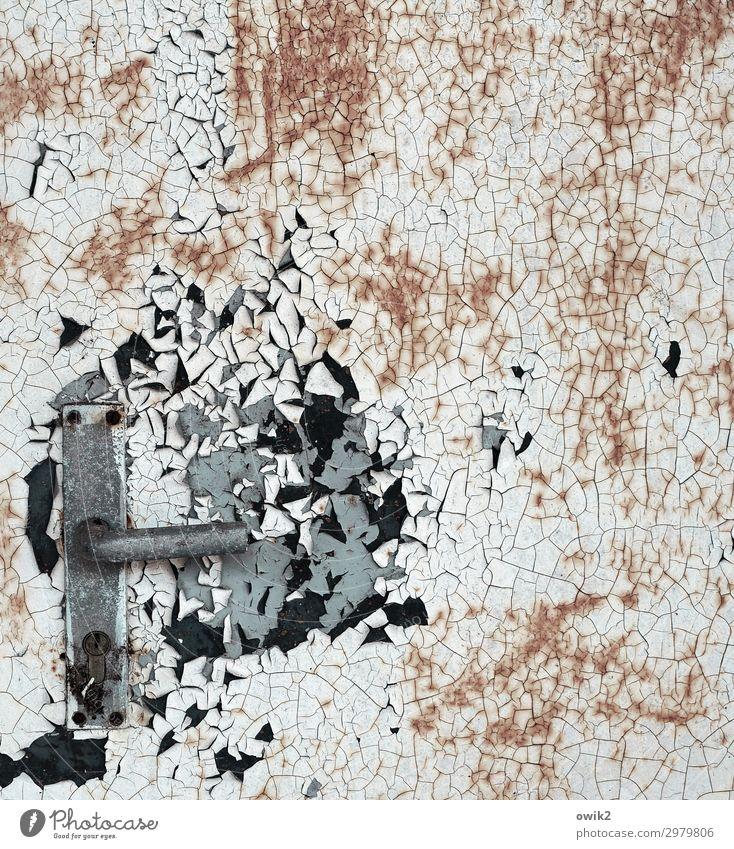 Vergriffen Tür Griff Metall alt trist Verfall Vergangenheit Vergänglichkeit Zerstörung Zahn der Zeit abblättern Rost Farbstoff Farbfoto Außenaufnahme