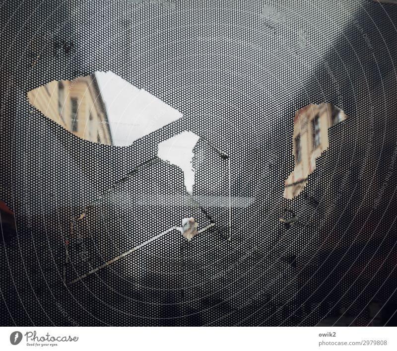 Gucklöcher Himmel Haus Fassade Telefonzelle Glas alt kaputt trashig Loch Schaden verfallen Zahn der Zeit Farbfoto Gedeckte Farben Außenaufnahme Nahaufnahme