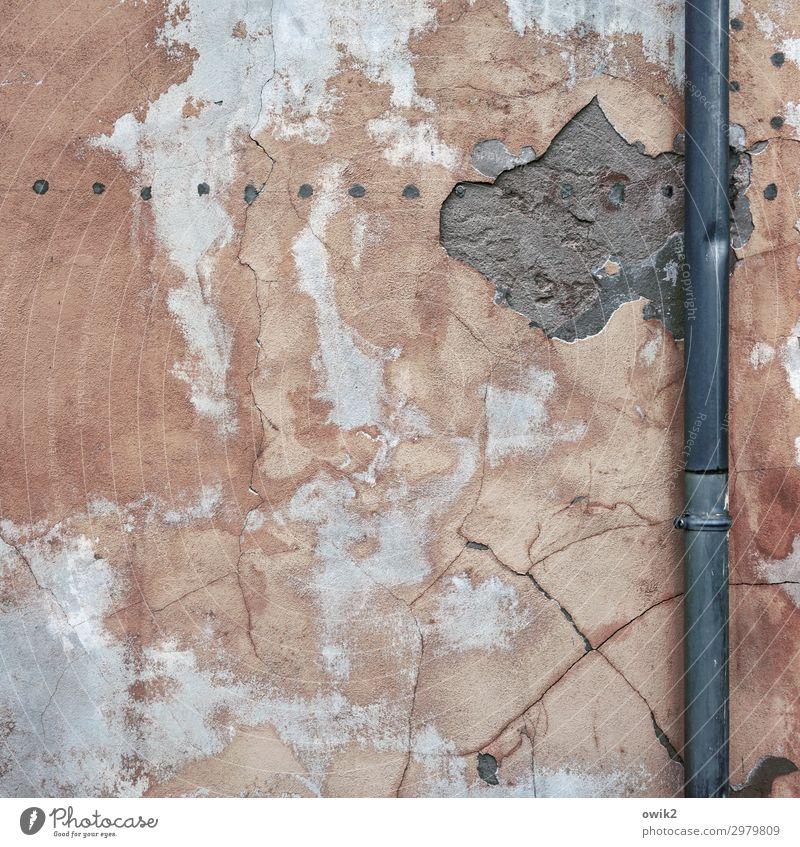 Frisch verputzt alt Wand Mauer Fassade Beton Dachrinne Putzfassade