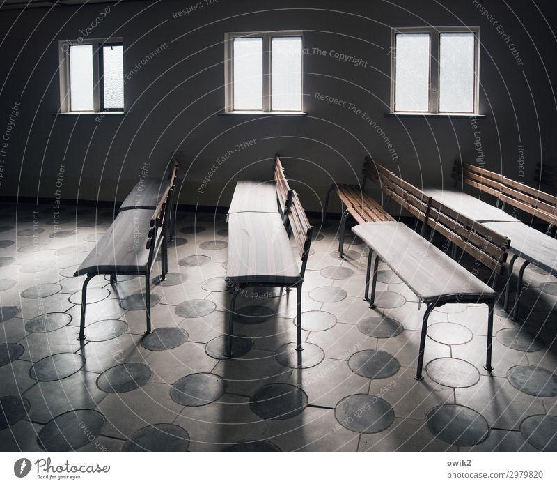 Trauerhalle Fenster Raum Friedhof Leichenhalle alt eckig einfach Verschwiegenheit trösten geduldig ruhig Ordnungsliebe Reinheit bescheiden sparsam Traurigkeit