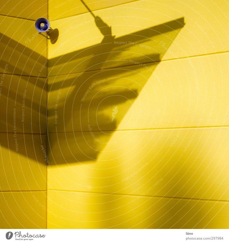 Ansage in gelb Gelb Lautsprecher Wand Fassade Gebäude Schatten