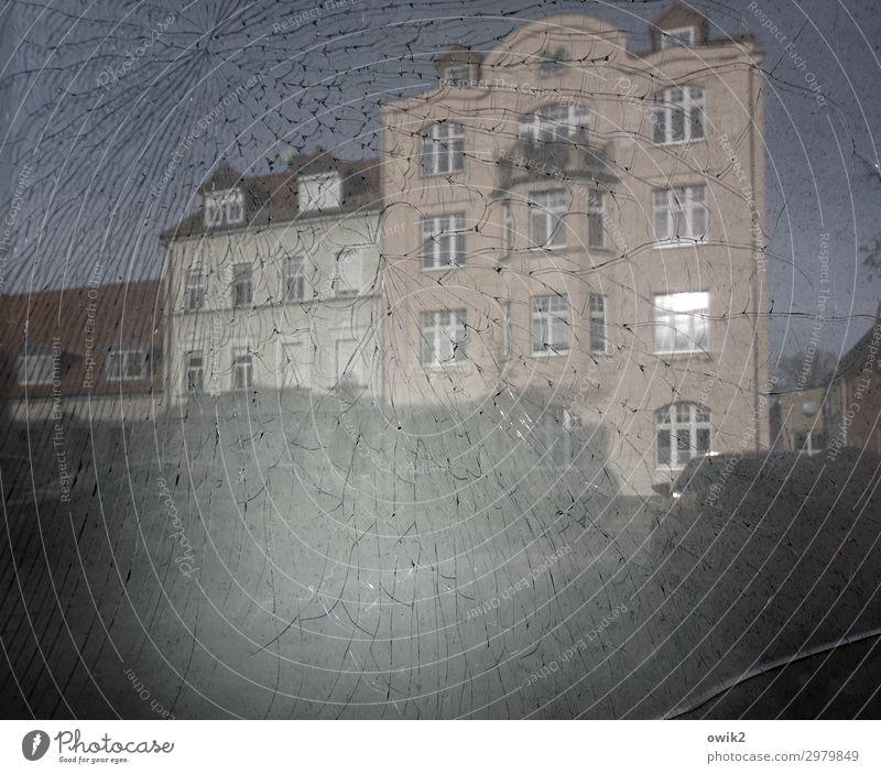Hauswirtschaft Wolkenloser Himmel Bautzen Kleinstadt bevölkert Fassade Fenster kaputt Glas Stadt Wut Zerstörung Riss Farbfoto Gedeckte Farben Außenaufnahme