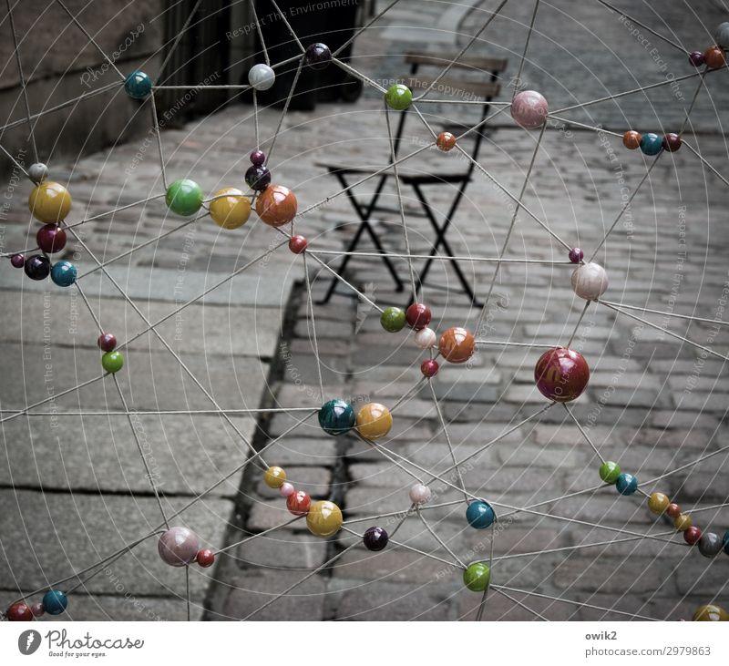Sphäre Kunst Kunstwerk Klappstuhl Kugel Stein Holz Kunststoff hängen stehen außergewöhnlich dunkel Zusammensein glänzend Stadt viele verrückt Seil Schweben