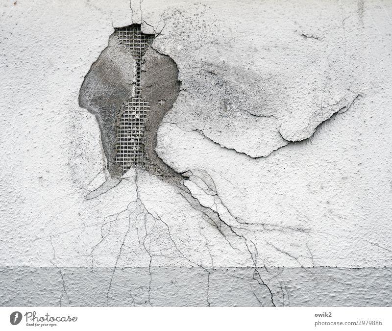 Medusa Mauer Wand Fassade Putz abblättern alt trocken Verfall Vergänglichkeit Zerstörung Riss Loch Schaden Zahn der Zeit verfallen Spuren Schwarzweißfoto