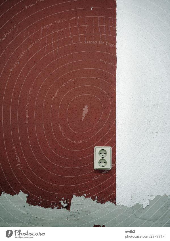 Tapetenwechsel Mauer Wand Steckdose Beton Kunststoff alt trist grau weiß stagnierend bordeaux verputzt Grenze Wechseln Kratzspur Spuren Kratzer verkratzt