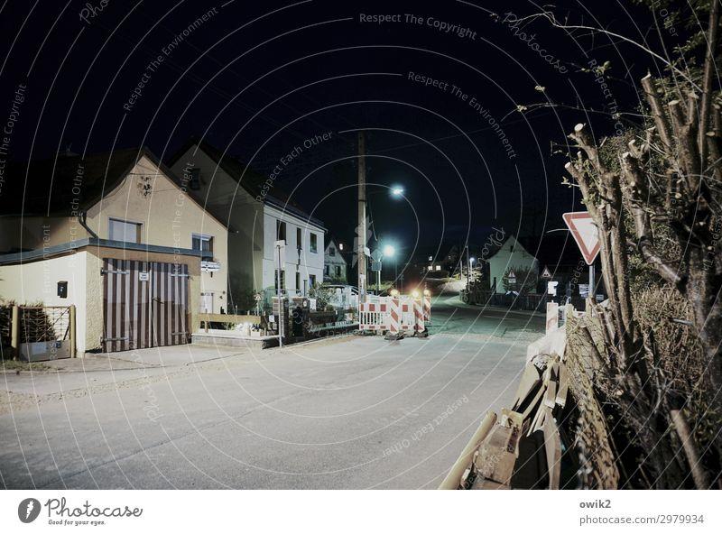 Nebenstraße Reudnitz Thüringen Deutschland Dorf bevölkert Haus Gebäude Zaun Verkehrsschild Baustelle Garage Garagentor Straßenbeleuchtung Asphalt Mauer Wand