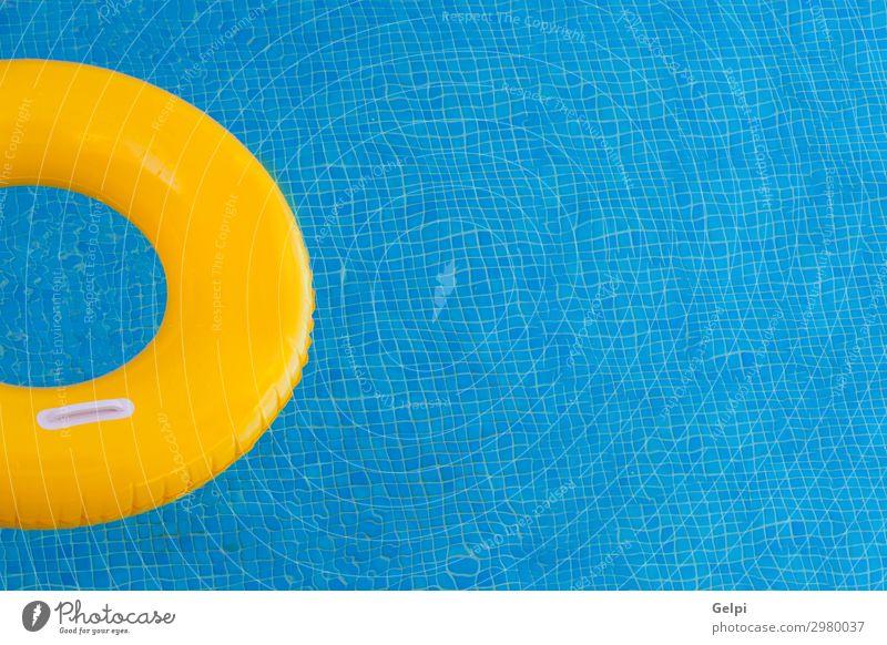 Bunte Floats auf einem Pool Freude schön Erholung Schwimmbad Freizeit & Hobby Ferien & Urlaub & Reisen Sommer Sonne Strand Meer Wasser Bikini Ring Spielzeug
