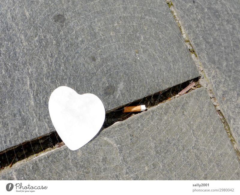 verlorene Liebe... Herz Symbol zettel post-it Notizzettel zigarettenkippe Zigarettenstummel Pflastersteine Pflasterweg Wege & Pfade Stein Straße grau