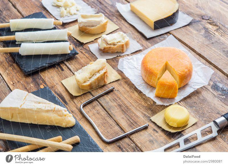 Sortiment an Qualitätskäse im Hintergrund Käse Ernährung Frühstück Tisch Küche Holz außergewöhnlich frisch lecker blau gelb Amuse-Gueule Holzplatte Brie