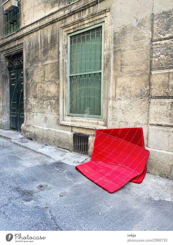 kubanische Straße alt Stadt rot Haus Fenster Fassade Tür authentisch Bürgersteig Kuba Müll Gitter Kleinstadt Umweltverschmutzung unordentlich
