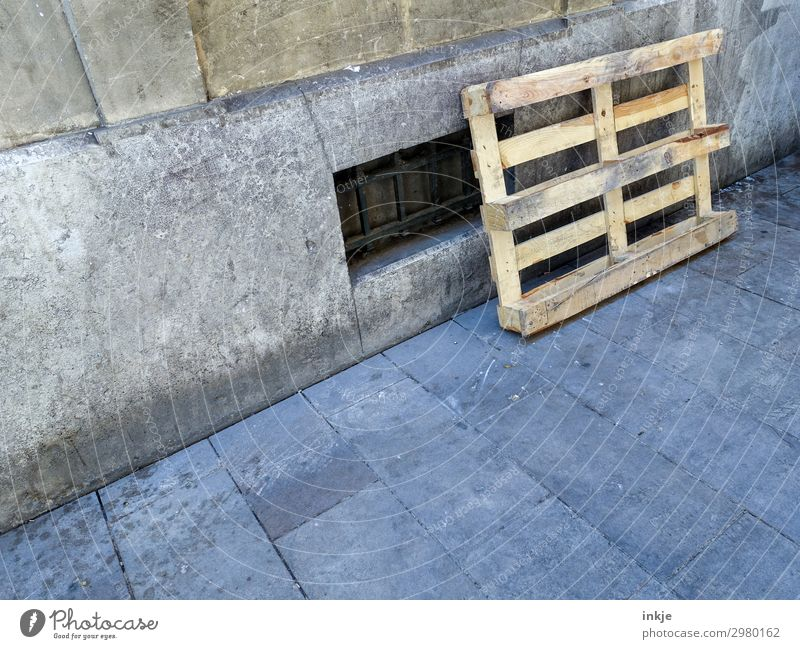 Europalette auf Kuba Fenster Straße Holz Fassade authentisch einfach Güterverkehr & Logistik Bürgersteig zurücklassen Paletten angelehnt Kellerfenster