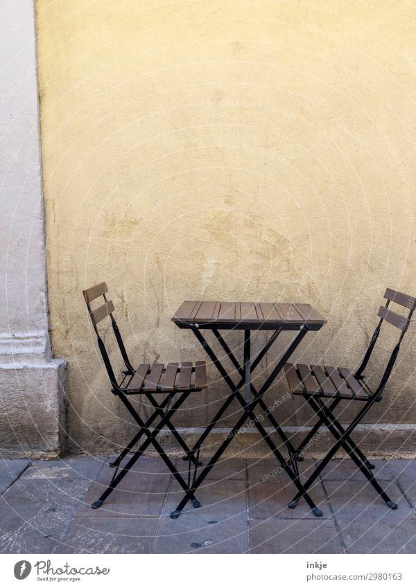 kubanischer Dialog schwarz gelb sprechen Wand Mauer braun frei Kommunizieren Tisch authentisch Platz einfach Stuhl Café Terrasse Holztisch