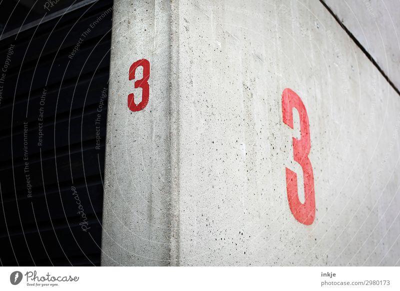 Halle 3 Menschenleer Bauwerk Gebäude Mauer Wand Betonwand Hausnummer Ziffern & Zahlen dunkel eckig einfach grau rot Linie Farbfoto Außenaufnahme Nahaufnahme