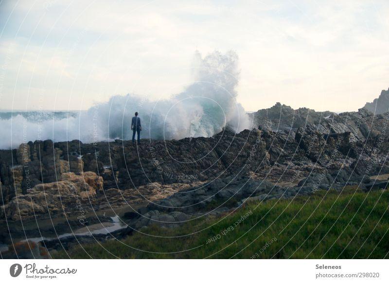 Moment. Mensch Himmel Natur Ferien & Urlaub & Reisen Wasser Meer Landschaft Strand Ferne Umwelt Küste Gras Freiheit natürlich Felsen Horizont