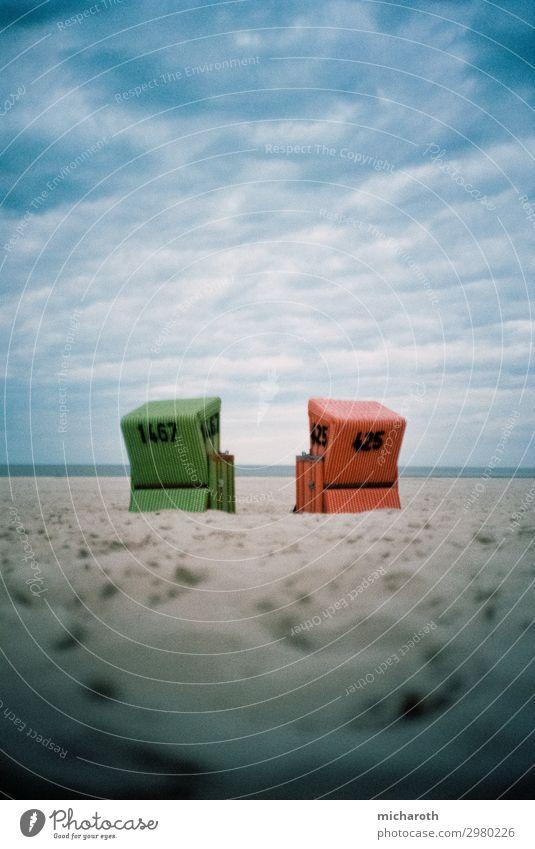 Zwei Strandkörbe am Strand Wellness Erholung Ferien & Urlaub & Reisen Meer Insel Sand Wolken Gewitterwolken Herbst schlechtes Wetter Wind Sturm Nordsee Langeoog