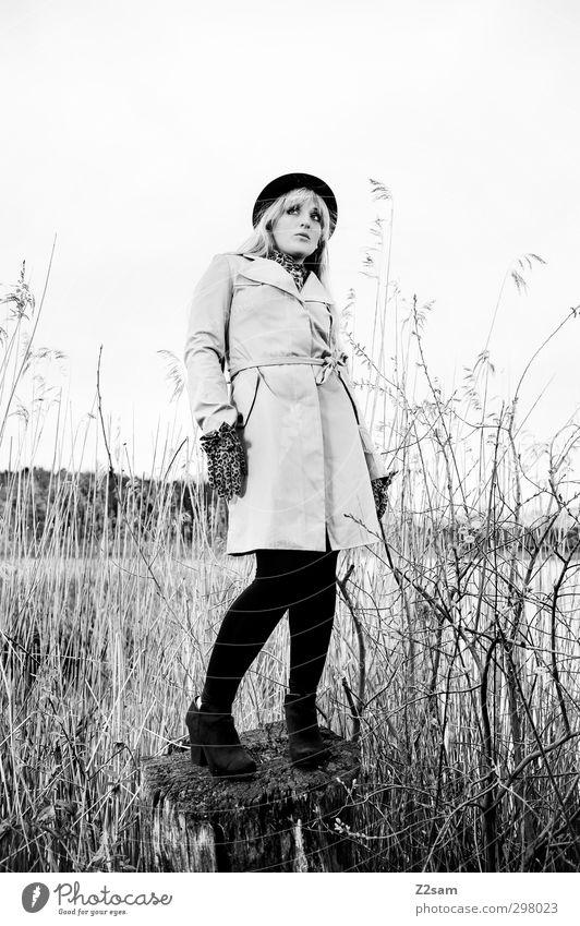 Schick im Schilf elegant feminin Junge Frau Jugendliche 18-30 Jahre Erwachsene Natur Landschaft Sträucher Schilfrohr Seeufer Mode Mantel blond langhaarig schön
