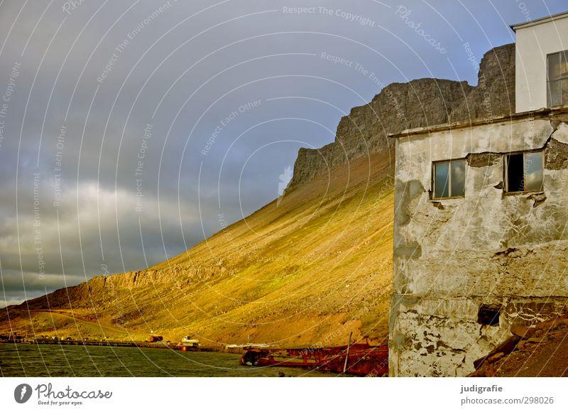 Island Umwelt Natur Landschaft Himmel Wolken Klima Hügel Felsen Berge u. Gebirge Fjord Djúpavík Haus Fabrik Bauwerk Gebäude Mauer Wand Fassade Fenster Stimmung