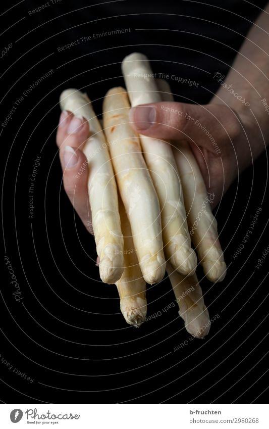 Weißer Spargel Lebensmittel Gemüse Ernährung Bioprodukte Vegetarische Ernährung Gesundheit Gesunde Ernährung Küche Mann Erwachsene Hand Finger