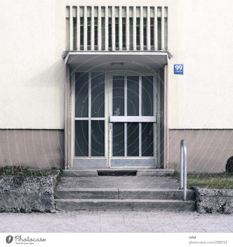 99 Stadt Haus Bauwerk Gebäude Architektur Fassade Tür Eingang Eingangstür Beton Glas Metall Ziffern & Zahlen grau Häusliches Leben Miete Wohnungsmarkt