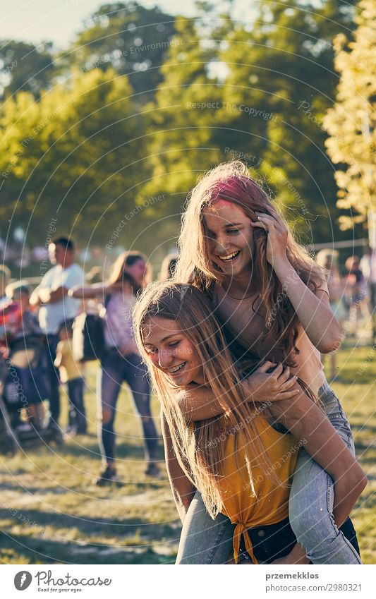 Frau Mensch Ferien & Urlaub & Reisen Jugendliche Junge Frau Sommer Farbe schön grün Erholung Freude Mädchen Straße Lifestyle Erwachsene Leben