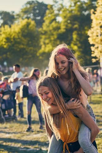 Porträt von glücklichen jungen Mädchen auf dem holi color festival Lifestyle Stil Freude Glück schön Erholung Ferien & Urlaub & Reisen Sommer Sommerurlaub