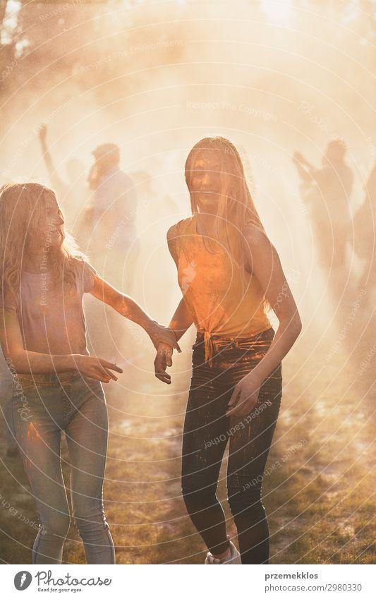 Frau Mensch Ferien & Urlaub & Reisen Jugendliche Junge Frau Sommer Farbe schön Erholung Freude Mädchen Straße Lifestyle Erwachsene gelb Liebe