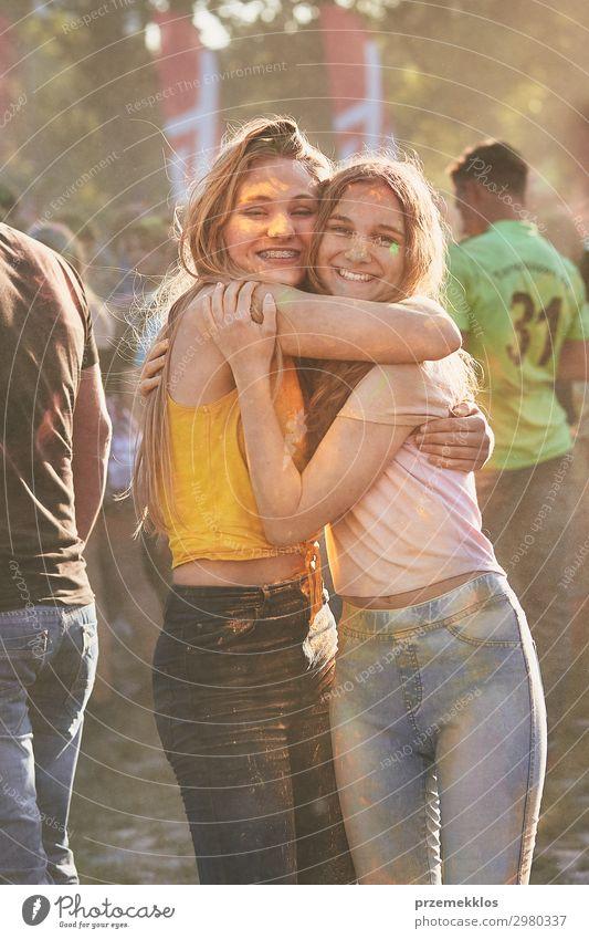 Porträt von glücklichen jungen Mädchen auf dem holi color festival Lifestyle Stil Freude Glück schön Erholung Ferien & Urlaub & Reisen Freiheit Sommer