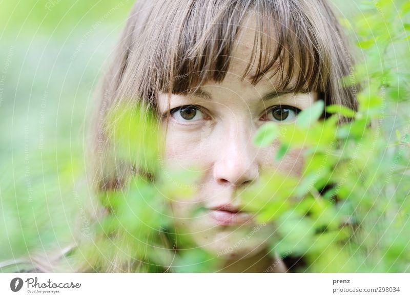 Portrait mit Grün Mensch feminin Junge Frau Jugendliche Erwachsene Kopf 1 18-30 Jahre Freundlichkeit natürlich braun grün Sträucher Außenaufnahme Farbfoto