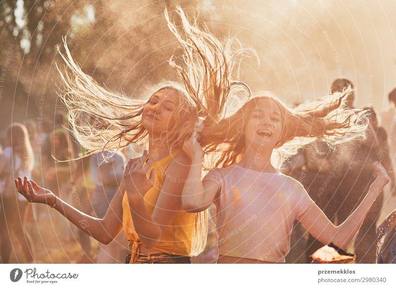 Frau Mensch Ferien & Urlaub & Reisen Jugendliche Junge Frau Sommer Farbe schön Erholung Freude Mädchen Straße Lifestyle Erwachsene Leben gelb