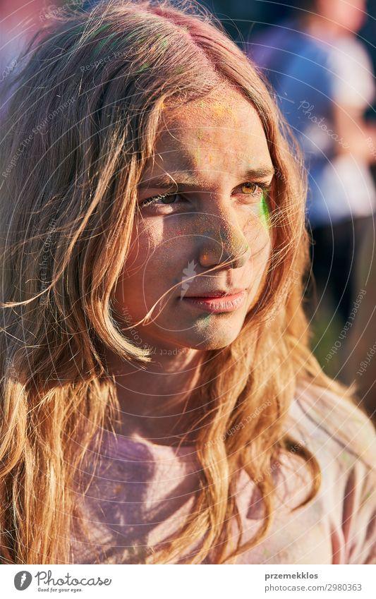 Porträt von glücklichen jungen Mädchen auf dem holi color festival Lifestyle Stil schön Erholung Ferien & Urlaub & Reisen Sommer Sommerurlaub