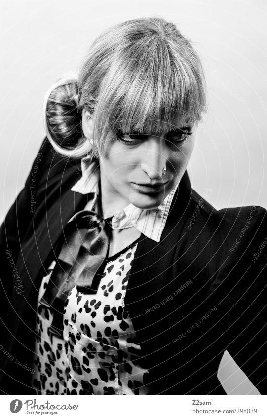 i love fashion elegant Stil feminin Junge Frau Jugendliche 18-30 Jahre Erwachsene Mode Jacke Piercing Tuch blond Pony Hochsteckfrisur Coolness retro Kraft
