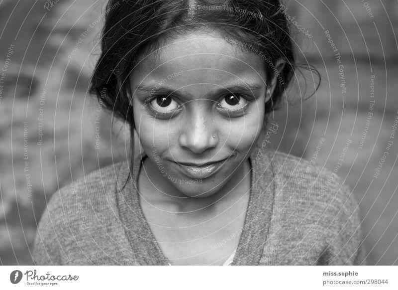 glänzend. Gesicht feminin Mädchen Kindheit Auge schwarzhaarig Lächeln lachen leuchten authentisch schön Glück Geborgenheit Hoffnung träumen Unendlichkeit