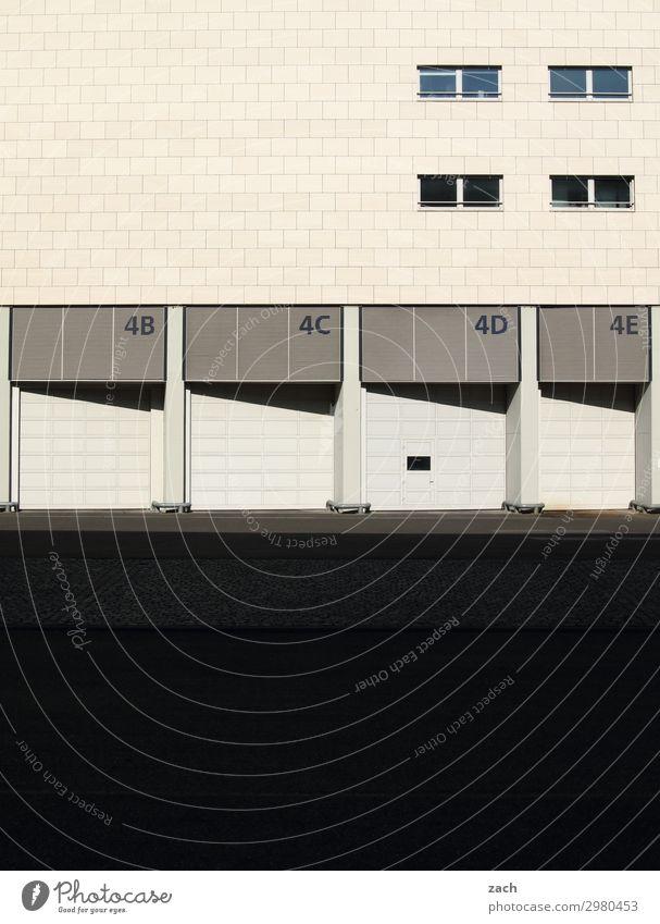 Ladezone Stadt Wand Mauer Fassade grau Ziffern & Zahlen Güterverkehr & Logistik Stadtzentrum Tor Lastwagen Industrieanlage Versand laden