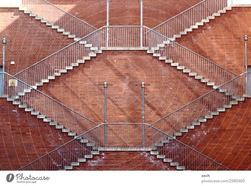 Immer an der Wand lang | Aufstieg Stadt rot Mauer braun Fassade Treppe hoch Stadtzentrum Symmetrie aufsteigen steil Abstieg