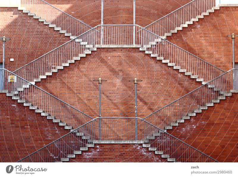 Immer an der Wand lang | Aufstieg Stadt Stadtzentrum Menschenleer Mauer Treppe Fassade braun rot Symmetrie steil hoch aufsteigen Abstieg Farbfoto Außenaufnahme