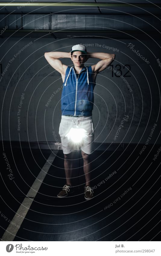 Flash Light maskulin Junger Mann Jugendliche 1 Mensch 18-30 Jahre Erwachsene gut Gefühle Abenteuer Farbfoto Innenaufnahme Blick in die Kamera