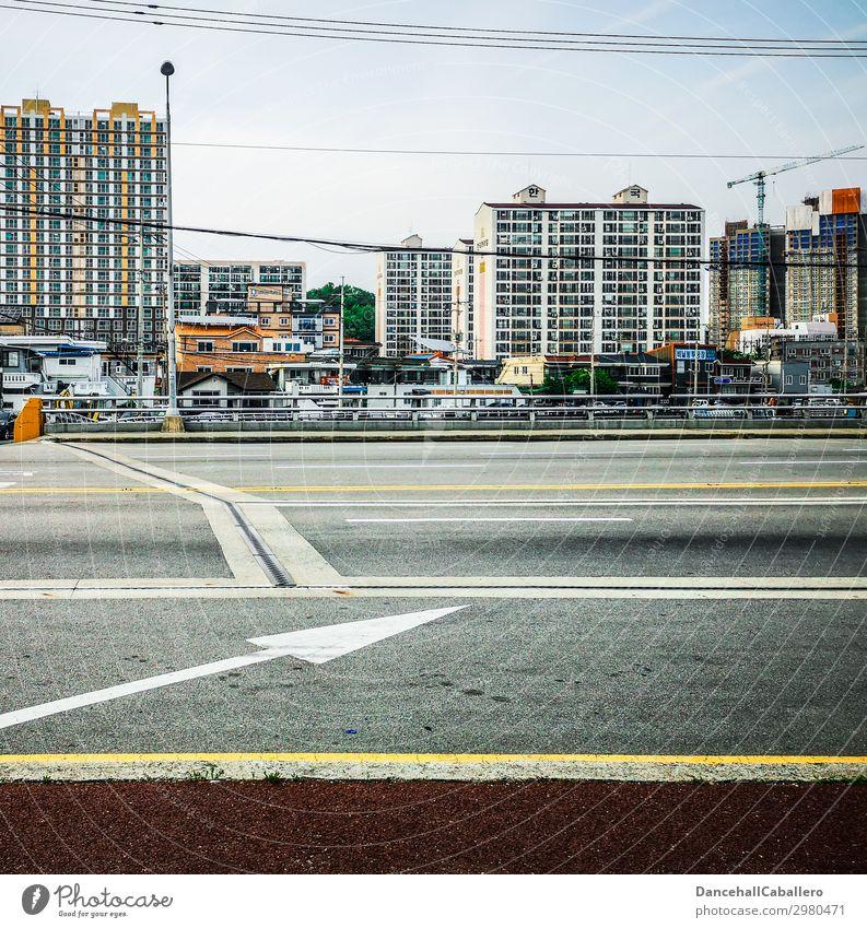 Stadtanzeiger... Stadtzentrum Stadtrand Skyline bevölkert Haus Hütte Hochhaus Brücke Fassade Balkon Verkehr Verkehrswege Straßenverkehr Wege & Pfade Pfeil