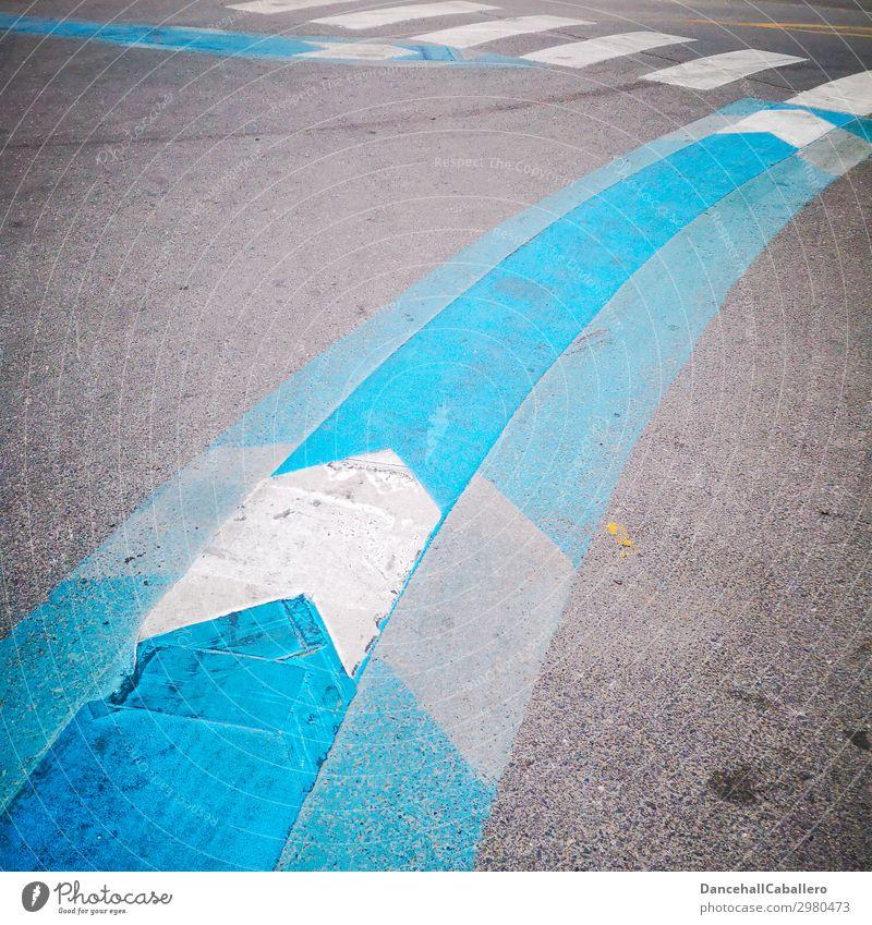 Richtungswechsel... blau weiß Straße Hintergrundbild Wege & Pfade grau Design Linie Verkehr Streifen Asphalt graphisch Pfeil Spuren Verkehrswege