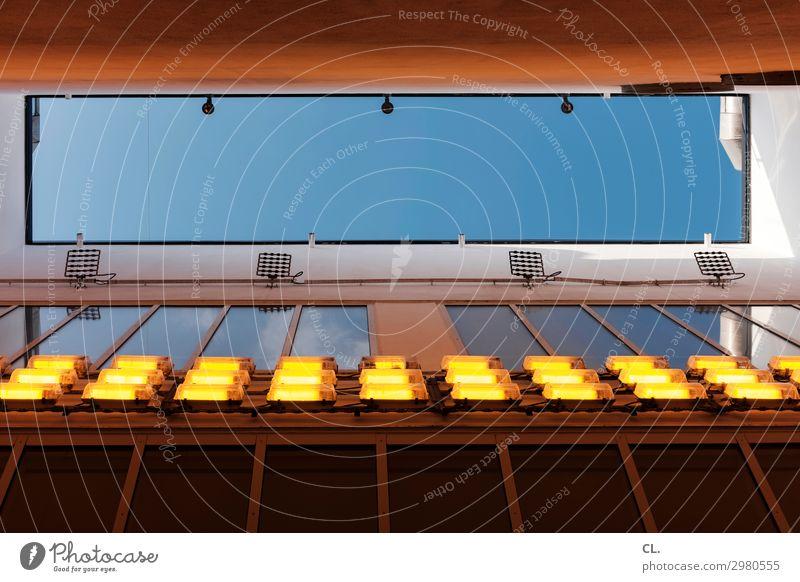 lichtschacht Himmel Stadt Haus Architektur Wand Beleuchtung Gebäude Mauer außergewöhnlich Hochhaus ästhetisch Perspektive Schönes Wetter Zukunft einzigartig