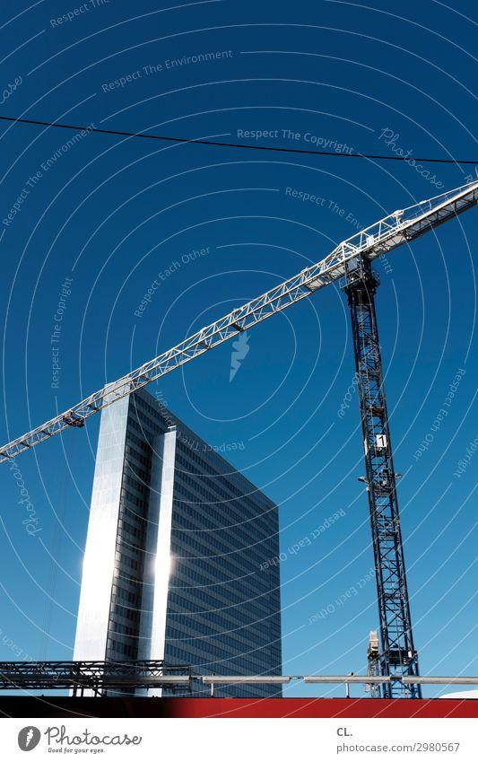 baustelle Himmel Stadt Architektur Gebäude Hochhaus Schönes Wetter groß hoch Baustelle Sehenswürdigkeit Bauwerk Wolkenloser Himmel Wirtschaft Kran Düsseldorf