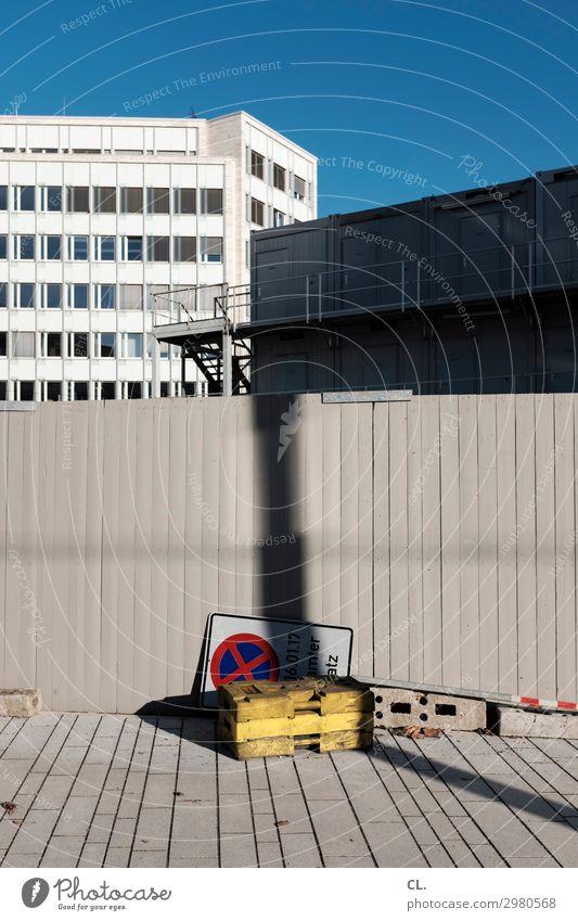 bauarbeiten Himmel Stadt Haus Architektur Wand Wege & Pfade Gebäude Mauer Fassade Treppe Verkehr Hochhaus Schilder & Markierungen Hinweisschild