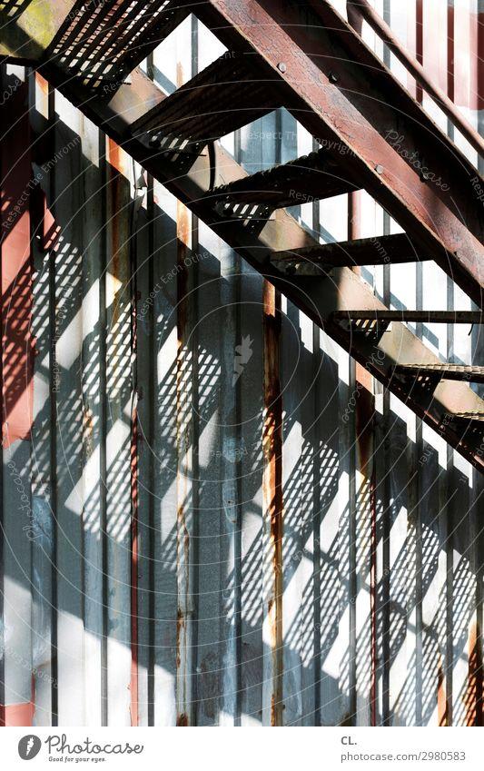 außentreppe Menschenleer Industrieanlage Fabrik Gebäude Architektur Treppe Container Metall Graffiti alt dreckig kaputt Verfall Rost aufwärts abwärts Farbfoto