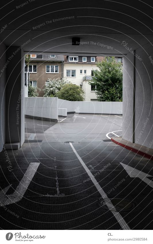rein oder raus? Menschenleer Haus Gebäude Architektur Mauer Wand Verkehr Verkehrswege Straßenverkehr Wege & Pfade Zeichen Verkehrszeichen Linie Pfeil