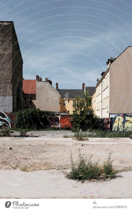 brachland berlin Baustelle Himmel Wolkenloser Himmel Sommer Schönes Wetter Wärme Wildpflanze Berlin Neukölln Menschenleer Haus Platz Bauwerk Gebäude Architektur