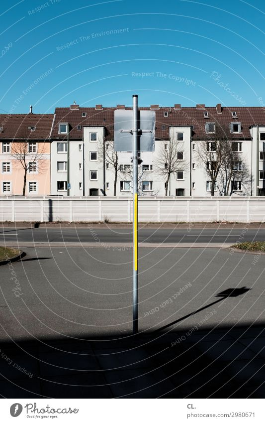 schild von hinten Himmel Wolkenloser Himmel Schönes Wetter Stadt Menschenleer Haus Gebäude Architektur Mauer Wand Verkehr Verkehrswege Straßenverkehr